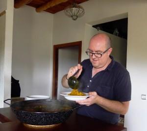 Jose Tur sirve el arroz
