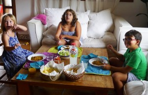 los niños comen la paella