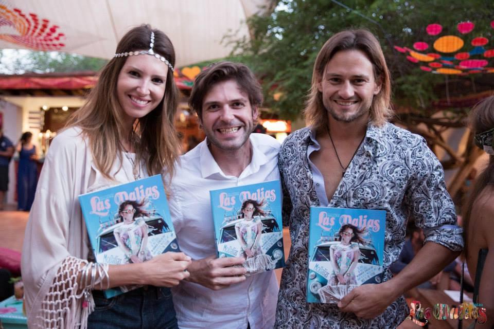 Ana Vide y su novio con la revista de Las Dalias