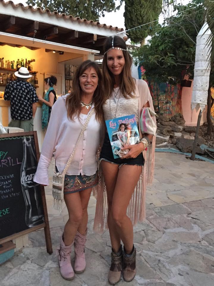 Gaby Yañez y  Ana Vide con la revista de Las Dalias